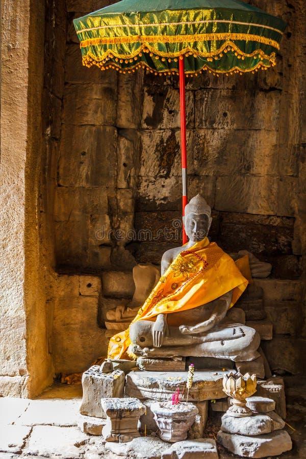 Statue und unbrella Buddah lizenzfreie stockfotos