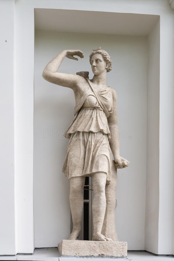 Statue von Artemis in der Nische des Küchen-Korps des Elagin-Insel-Palast-und Park-Komplexes in St Petersburg lizenzfreies stockbild