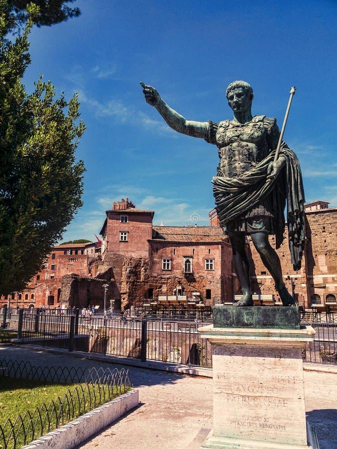 Statue von Augustus Emperor von Rom nahe Roman Forum lizenzfreie stockbilder
