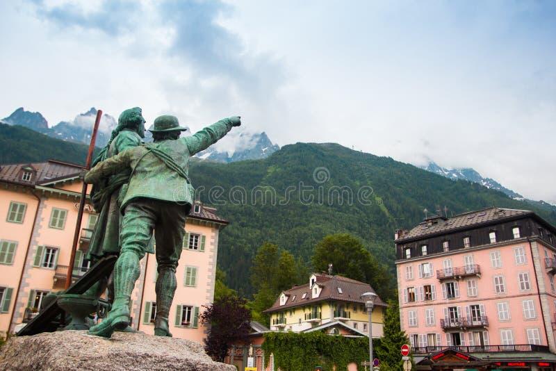 Statue von Balmat und von Saussure in Chamonix, Frankreich lizenzfreies stockbild