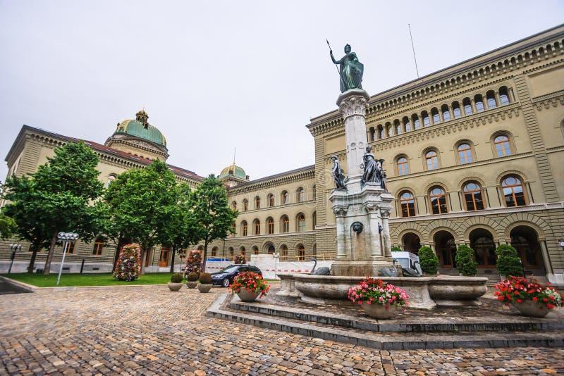 Statue von Berna Bernabrunen, eine Verkörperung der Stadt von Bern, durch Raphael Christen 1858 vor dem Bundeshaus West lizenzfreies stockfoto