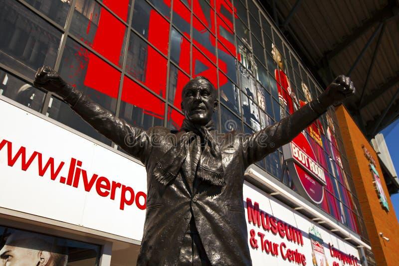 Statue von Bill Shankey am Liverpool-Fußball-Vereinstadion. lizenzfreie stockfotos
