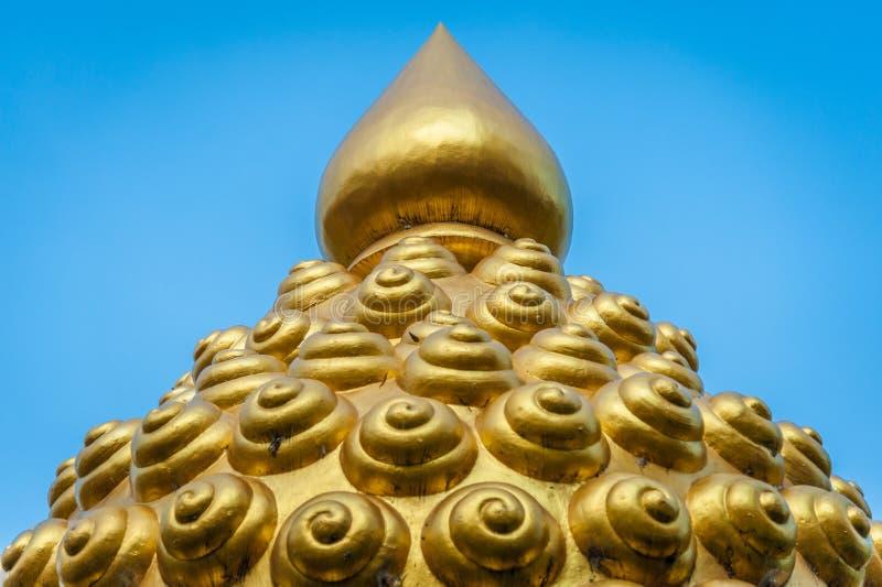 Statue von Buddha-Kopf mit blauem Hintergrund stockbild