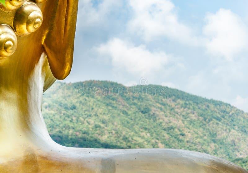 Statue von Buddha und von Berg lizenzfreie stockbilder