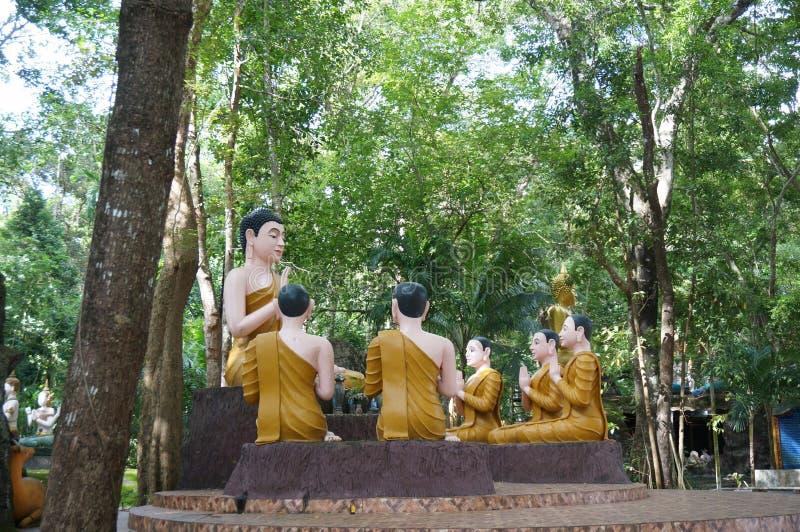 Statue von Buddha unterrichtete seine Schüler lizenzfreie stockfotos