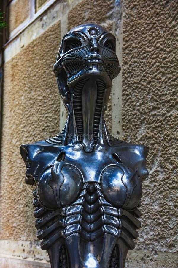 Statue von Café Stunde Giger mit seiner biomechanischen Art lizenzfreies stockfoto