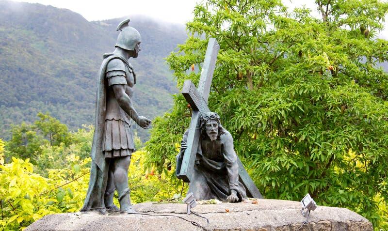 Statue von Christus das Kreuz tragend stockbild
