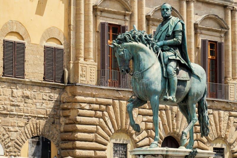 Statue von Cosimo I de Medici an Marktplatz della Signoria in Florenz stockfotografie