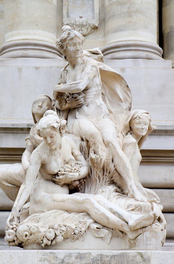 Statue von der Fassade des Absolventen Palais in Paris stockbild