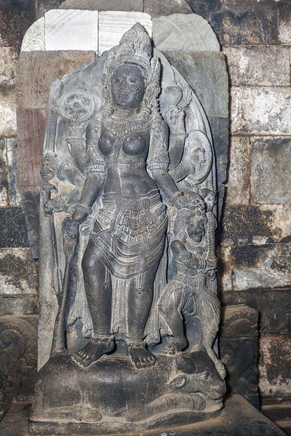 Statue von Durga Mahisasuramardini im Nordcella von Shiva-Tempel lizenzfreie stockfotos