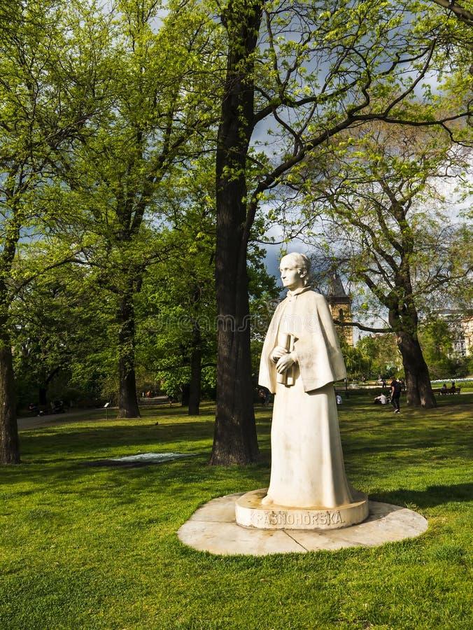 Statue von Eliska Krasnohorska in einem Park in Prag in der Tschechischen Republik lizenzfreie stockfotos