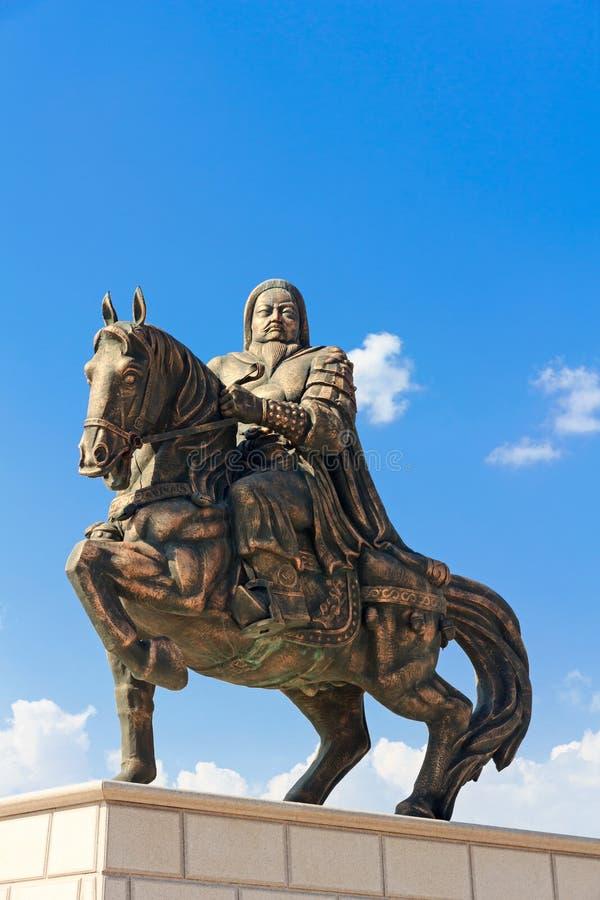 Statue von Genghis Khan am Mausoleum lizenzfreie stockbilder