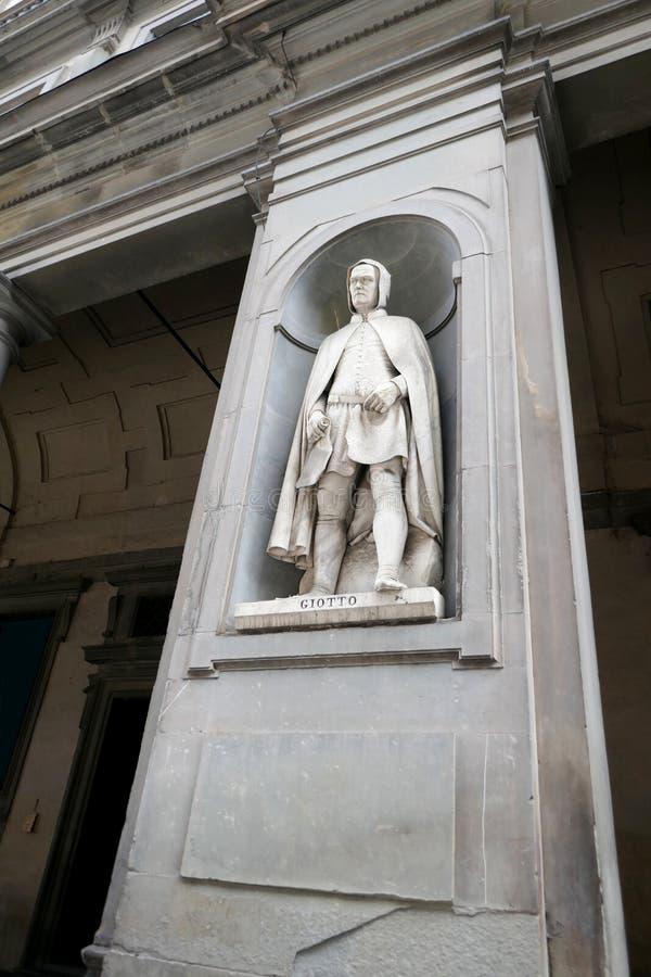 Statue von GIOTTO in den Nischen der Uffizi-Galeriekolonnade lizenzfreies stockbild