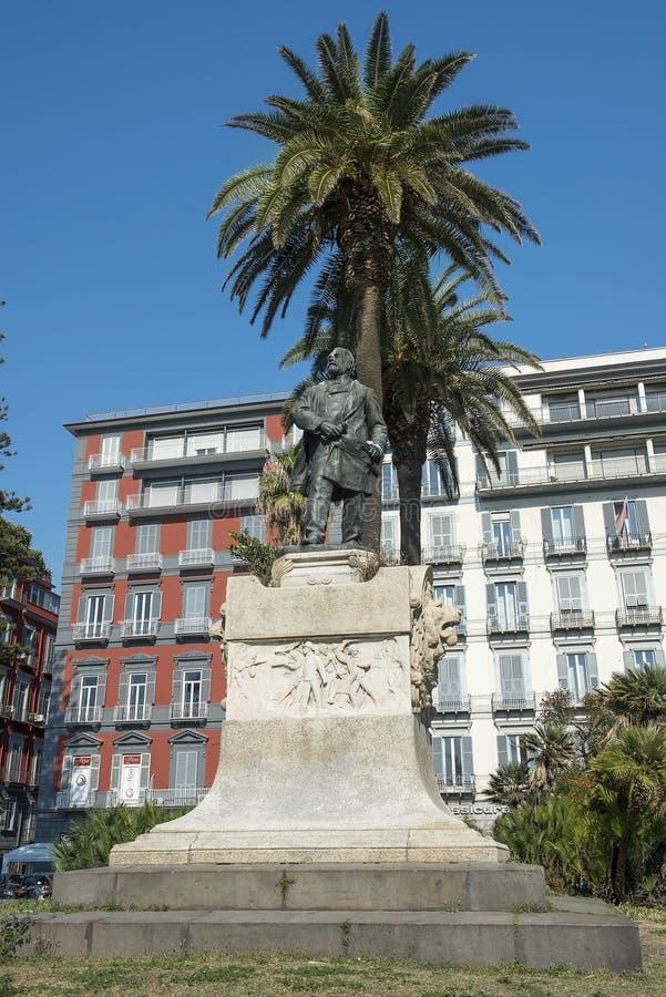 Statue von Giovanni Nicotera auf Marktplatz Vittoria in Neapel, Italien stockfotos