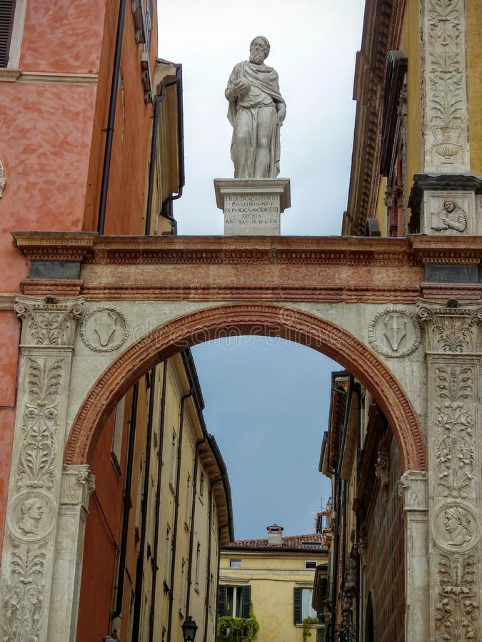 Statue von Girolamo Frascastoro, über einem Bogen zu Marktplatz dei Signori nach Verona Italien lizenzfreie stockbilder