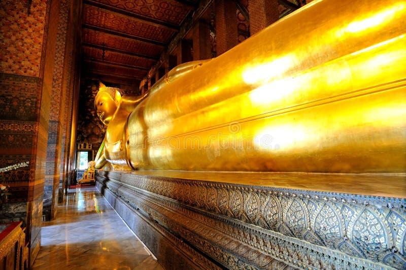 Statue von goldenem Buddha stockfotos