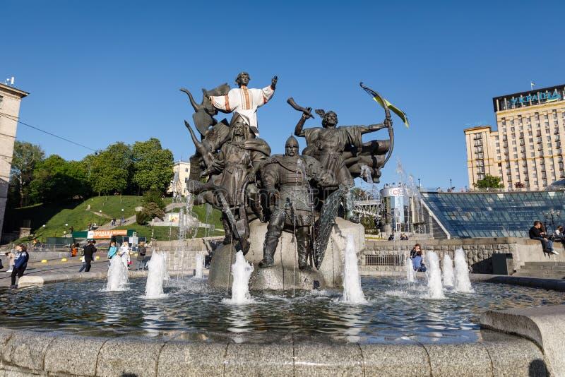 Statue von Gründern von Kiew am Unabhängigkeits-Quadrat stockfotos