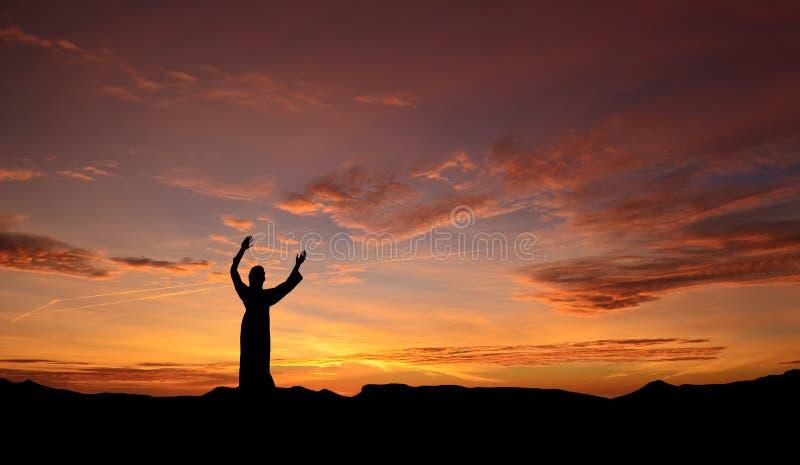 Statue von Jesus über schönem Sonnenuntergang lizenzfreie stockbilder