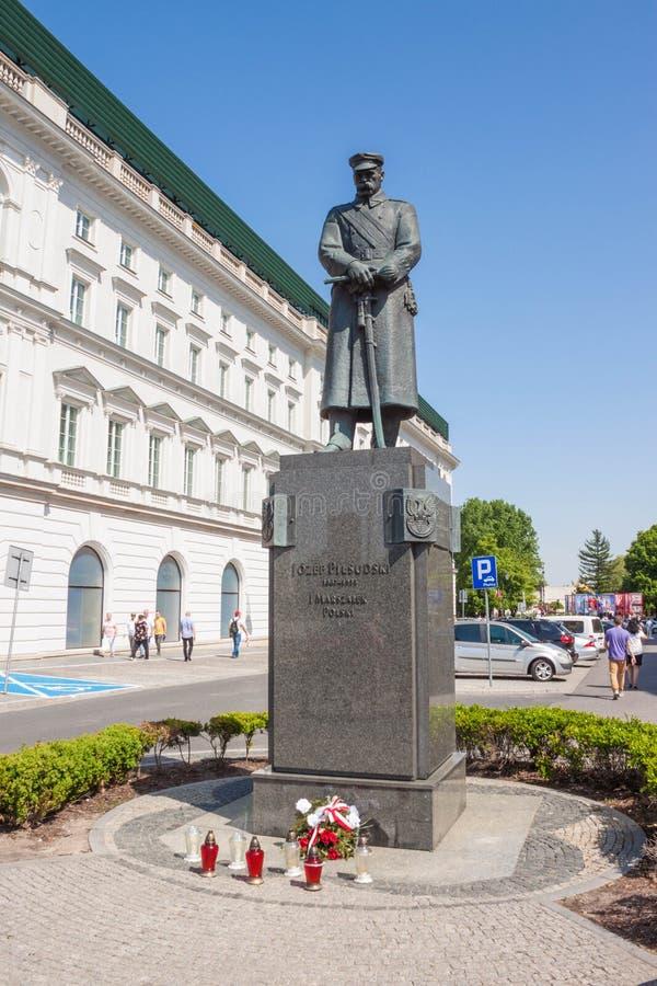 Statue von Joseph Pilsudski auf Pilsudski-Quadrat in der Mitte von Warschau, Polen lizenzfreie stockfotografie