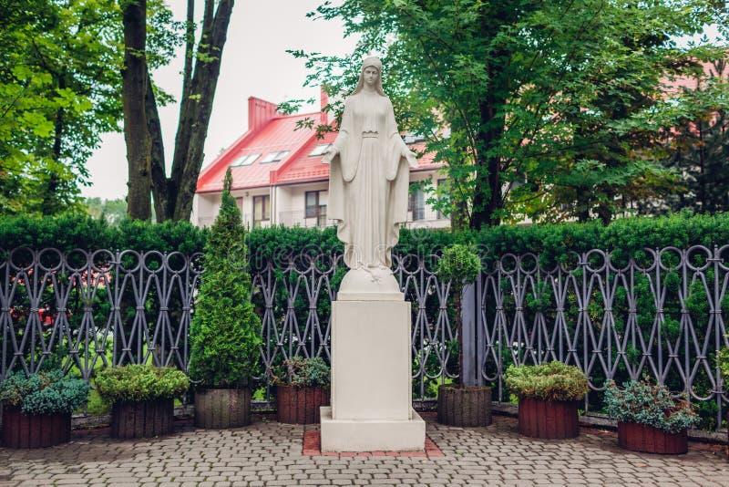 Statue von Jungfrau Maria draußen Heilige Mutterstatue gelegen im Sommergarten Religiöser Platz zu beten lizenzfreies stockfoto