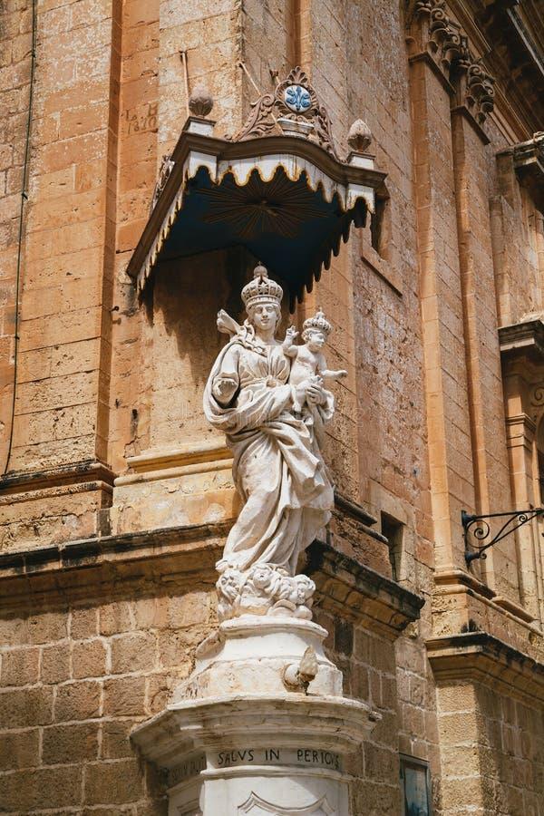 Statue von Jungfrau Maria, Madonna mit Jesus-Kind auf der Ecke des Carmelite Klosters in Mdina malta stockfotos