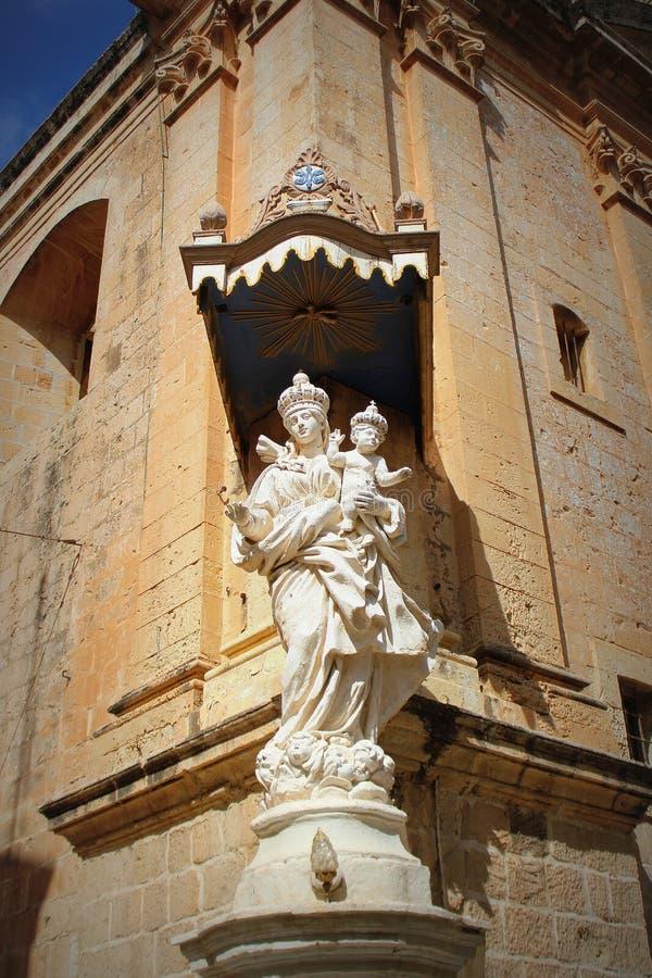 Statue von Jungfrau Maria mit Jesus-Kind auf der Ecke des Carmelite Klosters in Mdina malta stockfotografie