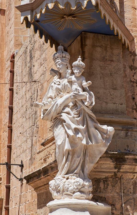 Statue von Jungfrau Maria mit Jesus-Kind nahe Carmelite Kloster herein lizenzfreie stockfotografie