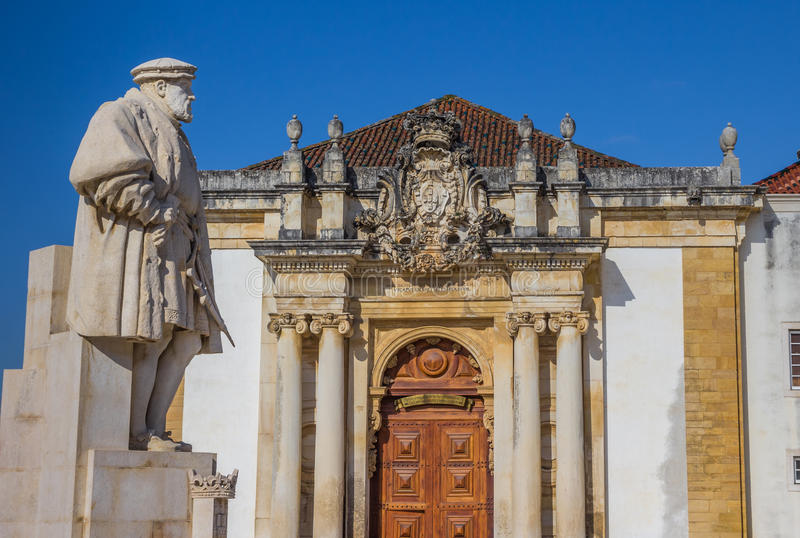 Statue von König Joao III auf dem Hochschulquadrat von Coimbra lizenzfreies stockbild