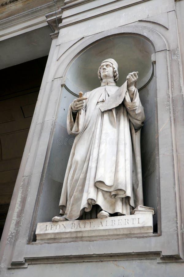 Statue von LEON-Batterie ALBERTI in den Nischen der Uffizi-Galeriekolonnade lizenzfreie stockfotografie
