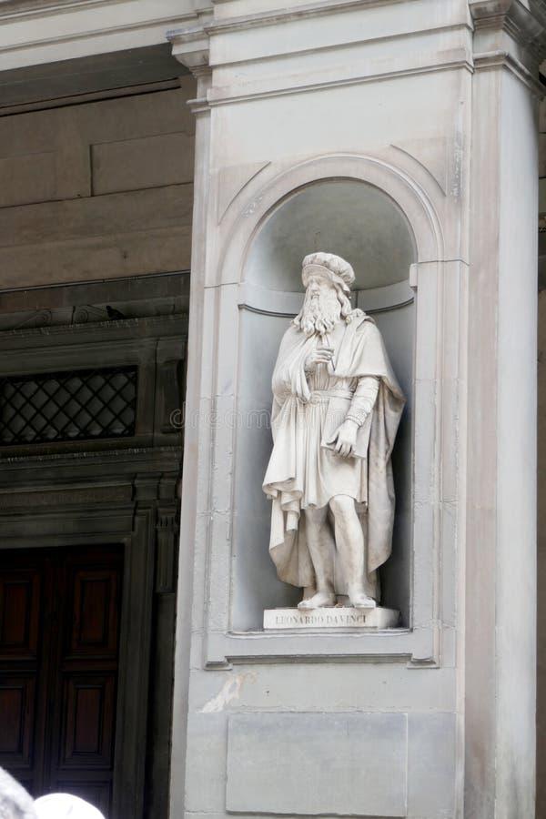 Statue von LEONARDO DA VINCI in den Nischen der Uffizi-Galeriekolonnade stockbild