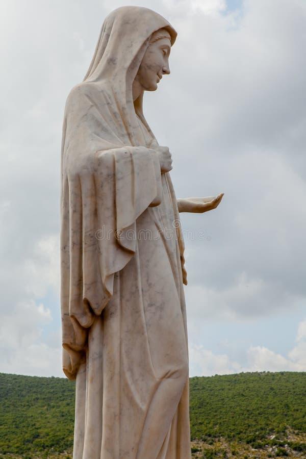 Statue von Mary auf Erscheinungs-Hügel in Medjugorje, Bosnien Herzegovina stockbild