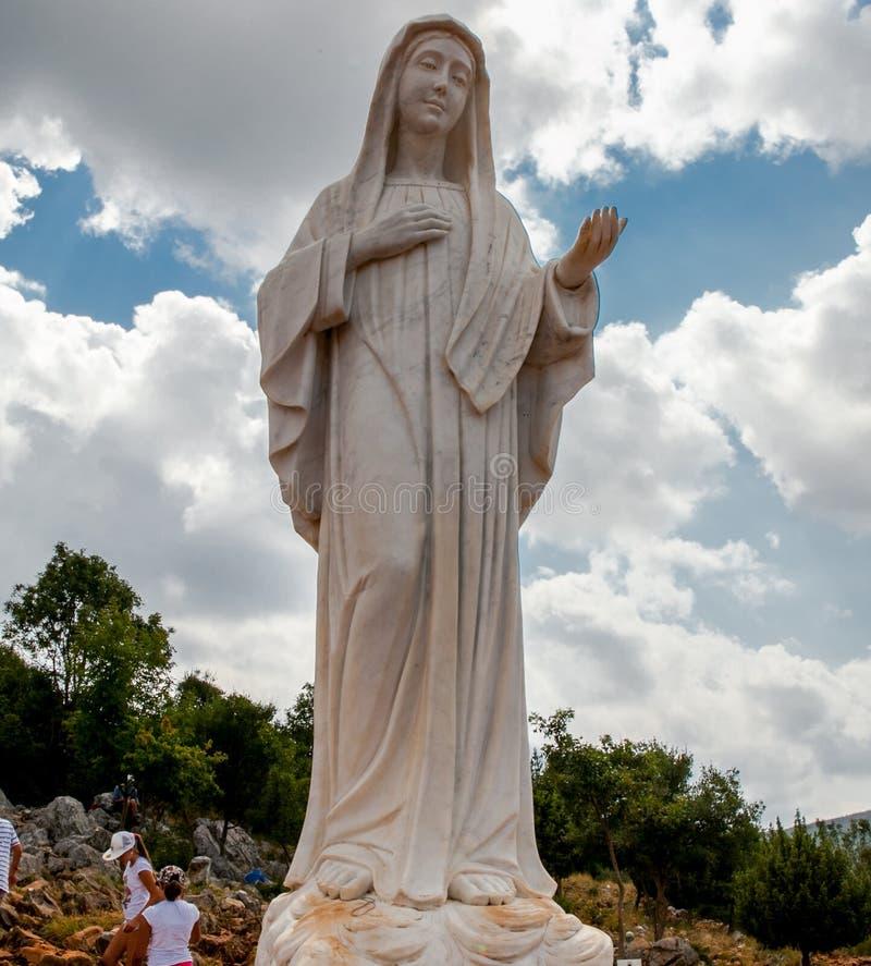 Statue von Mary auf Erscheinungs-Hügel in Medjugorje, Bosnien Herzegovina stockbilder