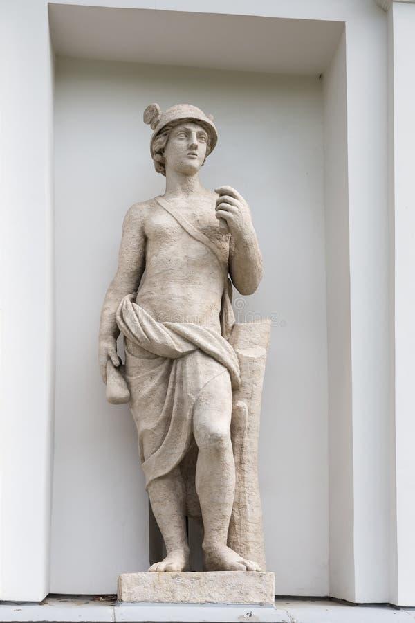 Statue von Mercury in der Nische des Küchen-Korps des Elagin-Insel-Palast-und Park-Komplexes in St Petersburg lizenzfreies stockbild