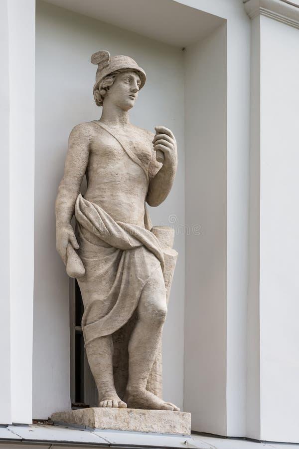 Statue von Mercury in der Nische des Küchen-Korps des Elagin-Insel-Palast-und Park-Komplexes in St Petersburg stockfotografie