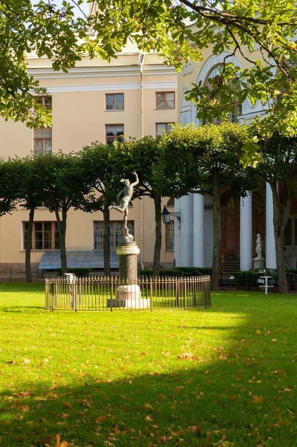 Statue von Mercury vor Gonzaga Gallery im Pavlovsky-Palast-Museum lizenzfreies stockbild