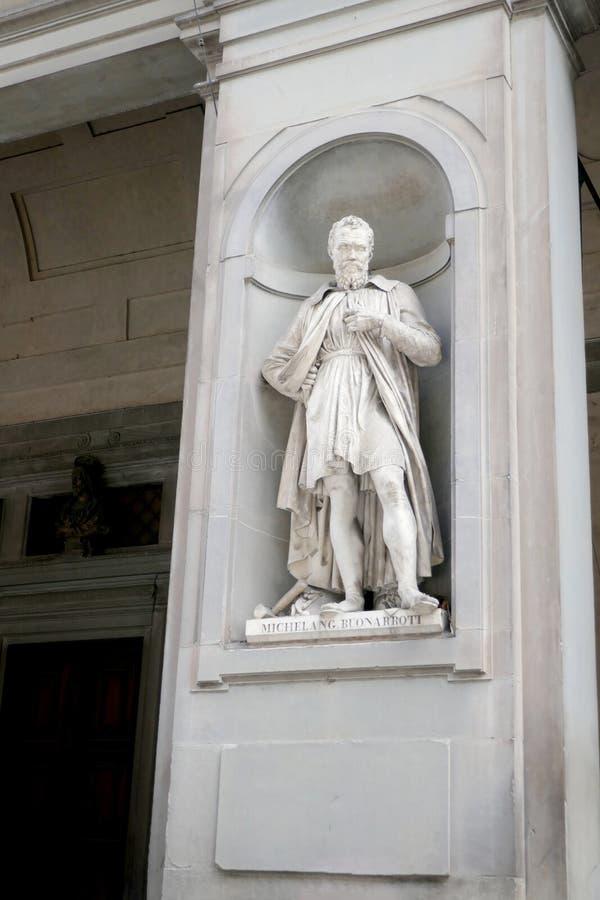 Statue von MICHELANG BUONARROTI in den Nischen der Uffizi-Galeriekolonnade lizenzfreie stockbilder
