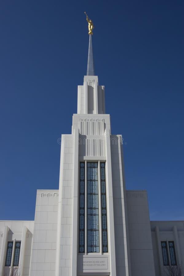 Statue von Moroni am mormonischen Tempel oben betrachten lizenzfreies stockbild