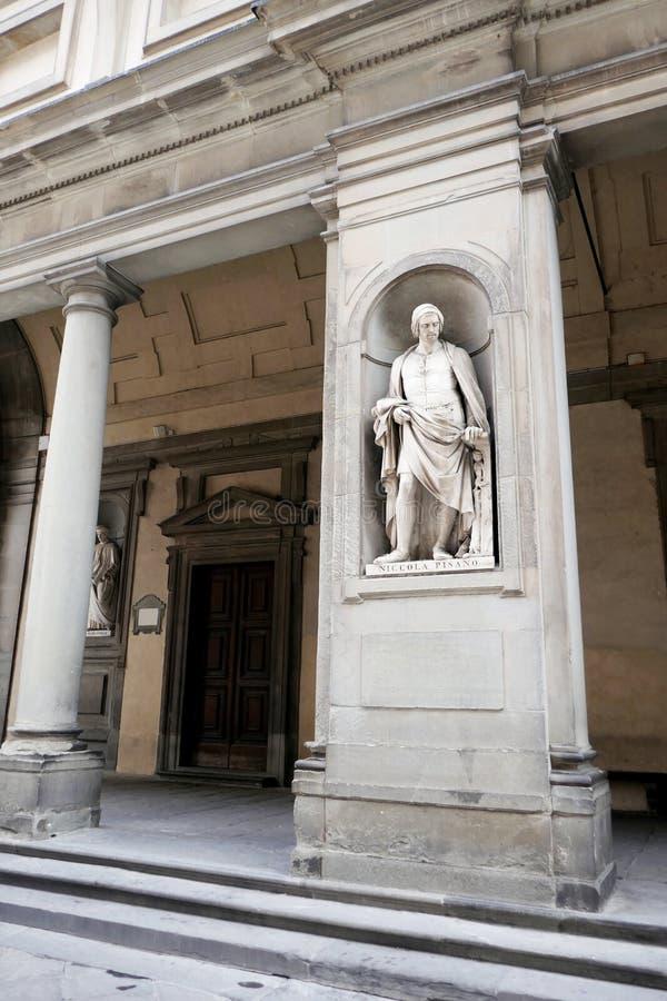 Statue von Niccola Pisano in den Nischen der Uffizi-Galeriekolonnade, lizenzfreies stockbild