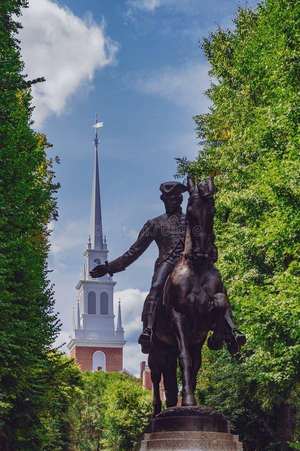 Statue von Paul Revere und Helm der alten Nordkirche zwischen Baum stockfotografie