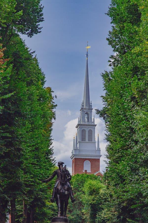 Statue von Paul Revere und Helm der alten Nordkirche zwischen Baum stockbild