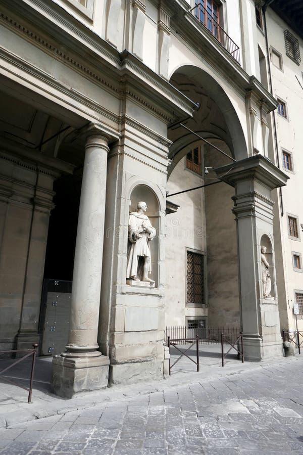 Statue von Pier Gapponi in den Nischen der Uffizi-Galeriekolonnade stockfotos