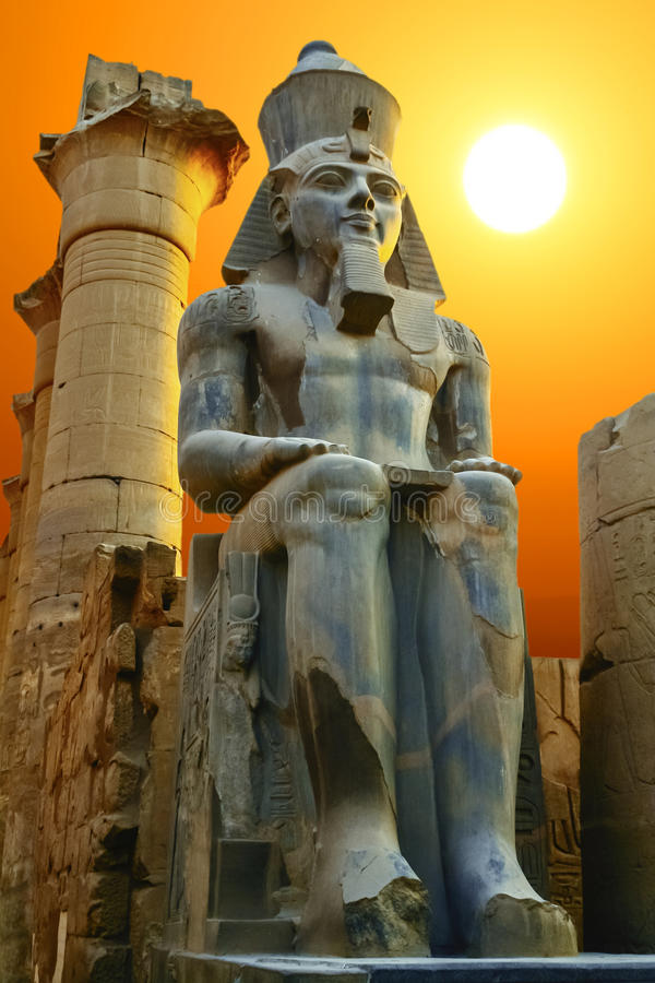 Statue von Ramesses II bei Sonnenuntergang Luxor-Tempel, Ägypten stockfotografie