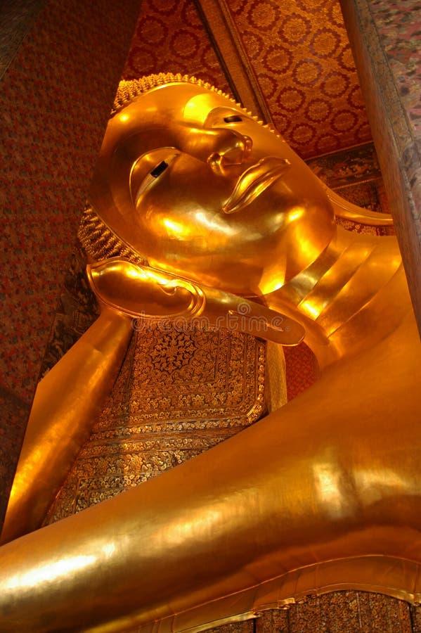 Statue von stützendem Buddha bei Wat Pho, Bangkok lizenzfreies stockfoto