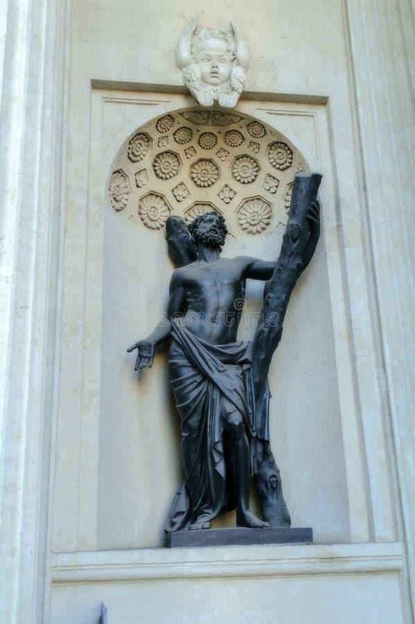 Statue von St Andrew in der Nische einer Nische der Nordsäulenhalle von der Kasan-Kathedrale, 1811 stockbild