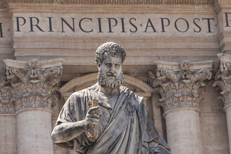 Statue von St Peter die Schlüssel der christlichen Kirche St- Peter` s in der Quadrat-Vatikanstadt halten lizenzfreies stockbild