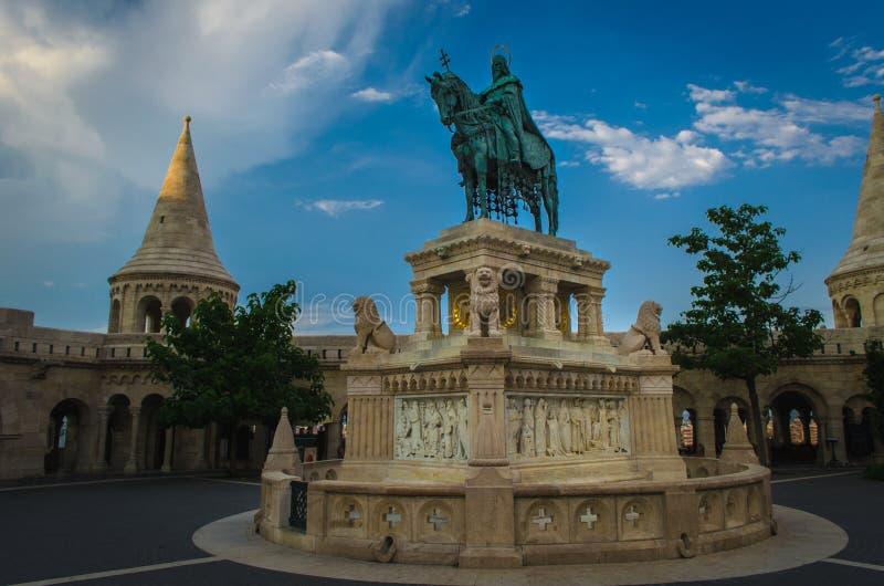 Statue von Stephan I. von Ungarn in der Bastion des Fischers in Budapest stockfotografie