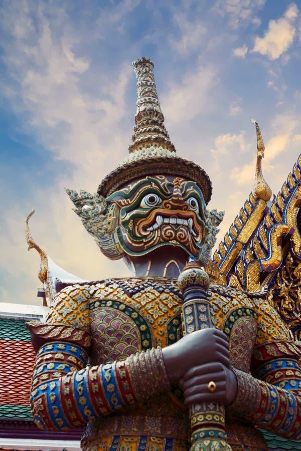 Statue von Thotsakhirithon, riesiger Dämon Yaksha, der einen Ausgang bei Wat Phra Kaew Palace, alias bei Emerald Buddha Tem schüt stockfotografie