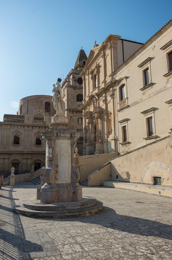 Statue vor Kirche des Heiligen Franziskus von Assisi zum Immaculat stockbilder
