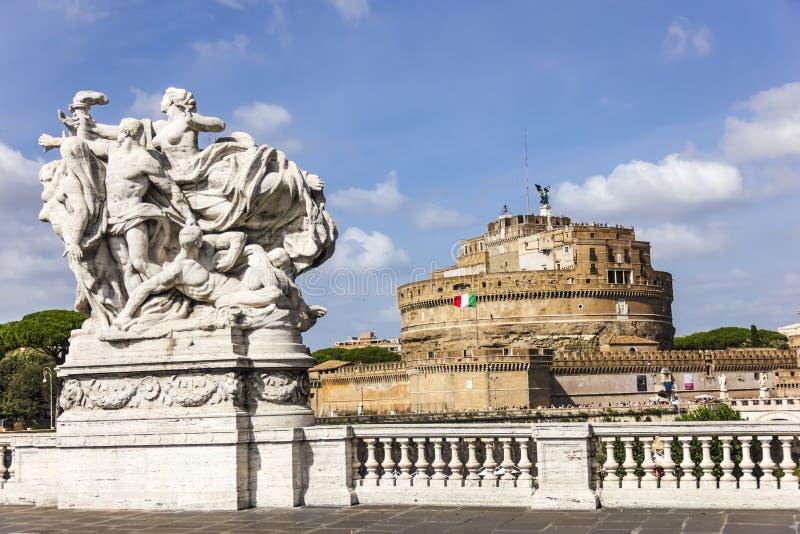 """Statue""""Loyalty ao estatuto Ponte Vittorio Emanuele II e ` Angelo de Castel Sant em Roma foto de stock royalty free"""