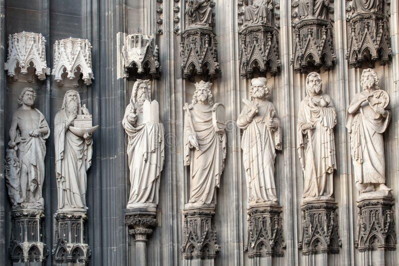 Statuen auf den Köln-Kathedrale Dom UNESCO-Wold-Bauerbe stockbilder